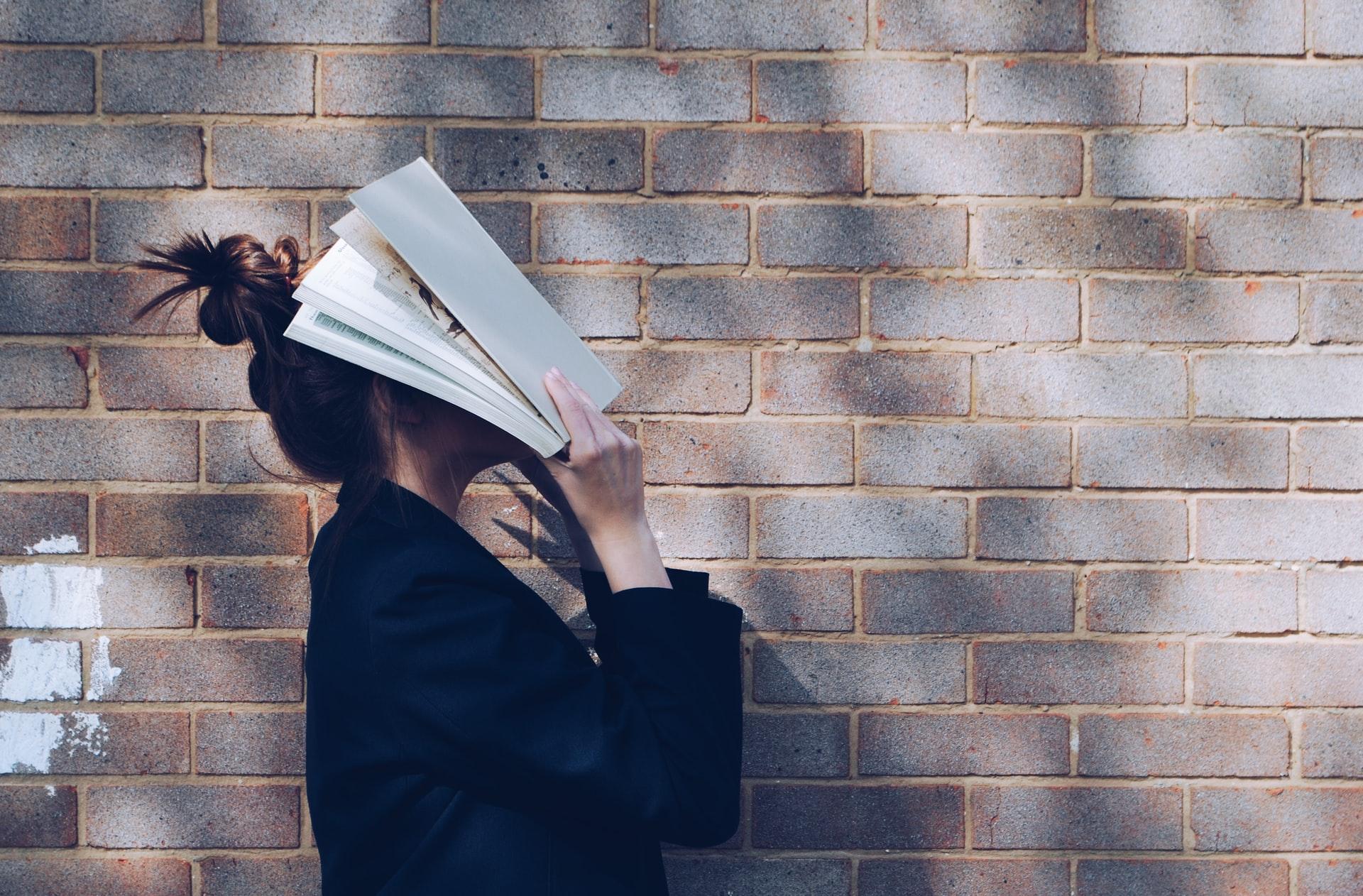 Titelbild: Frau will Prüfungsangst überwinden