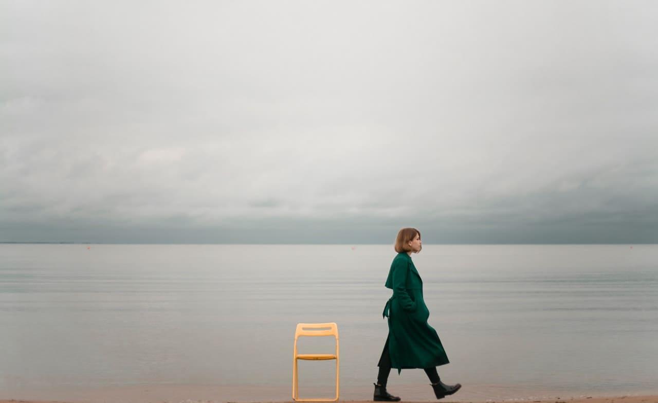 Titelbild: Frau lässt Glaubenssätze hinter sich