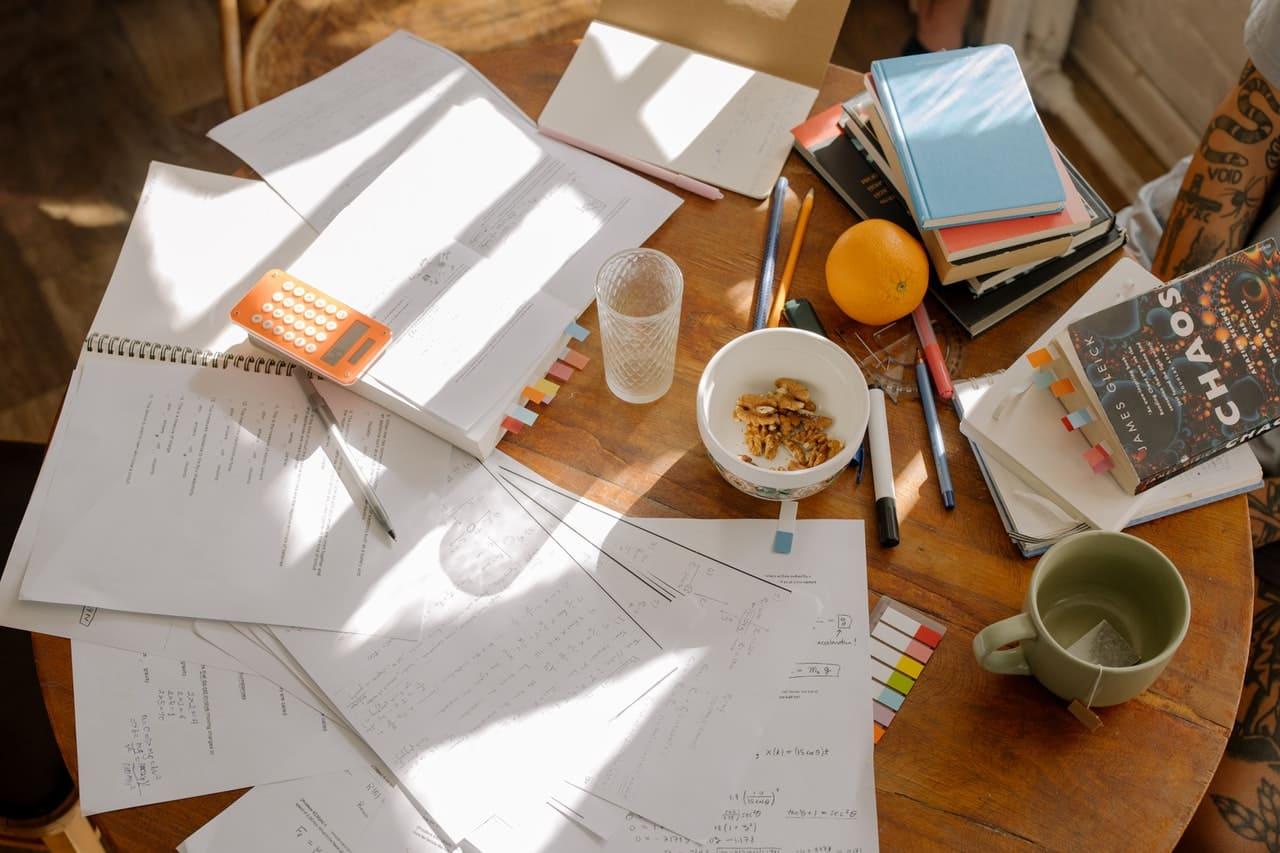 Titelbild: Leistungsdruck und Lernmaterial vor Prüfung