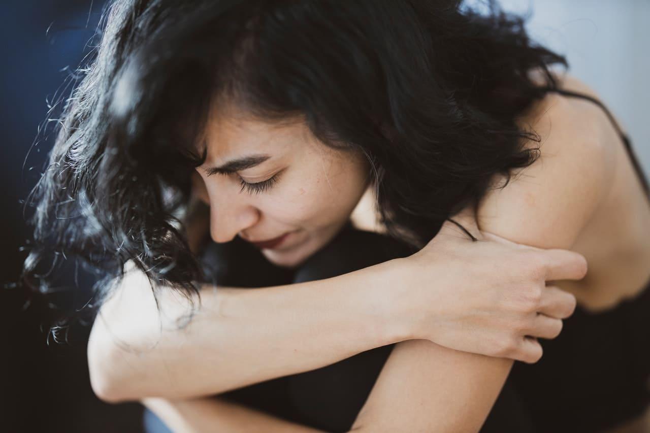 Titelbild: Frau leidet unter erlebtem Trauma