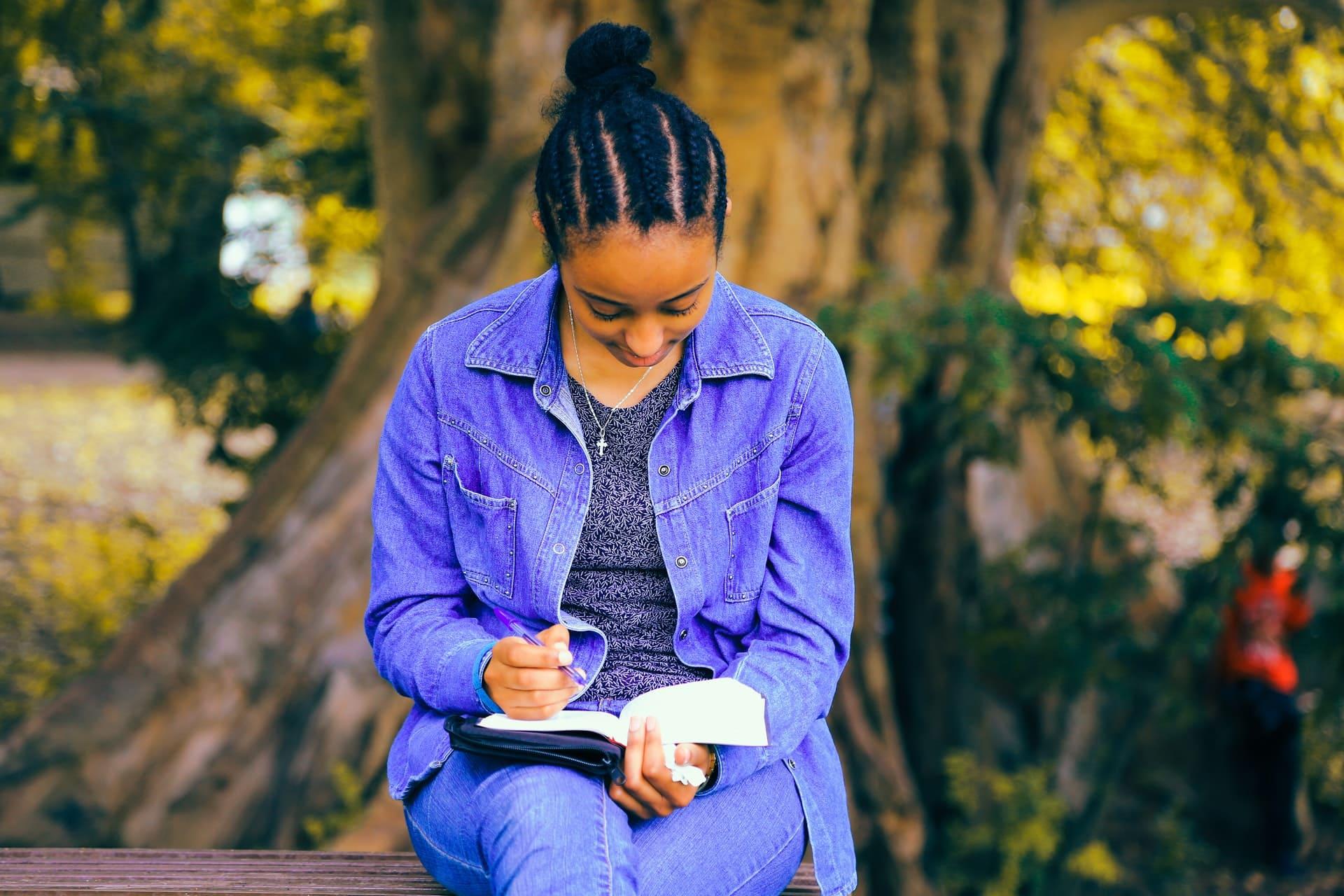 Titelbild: Frau mit Notizen zu Depression und Motivation