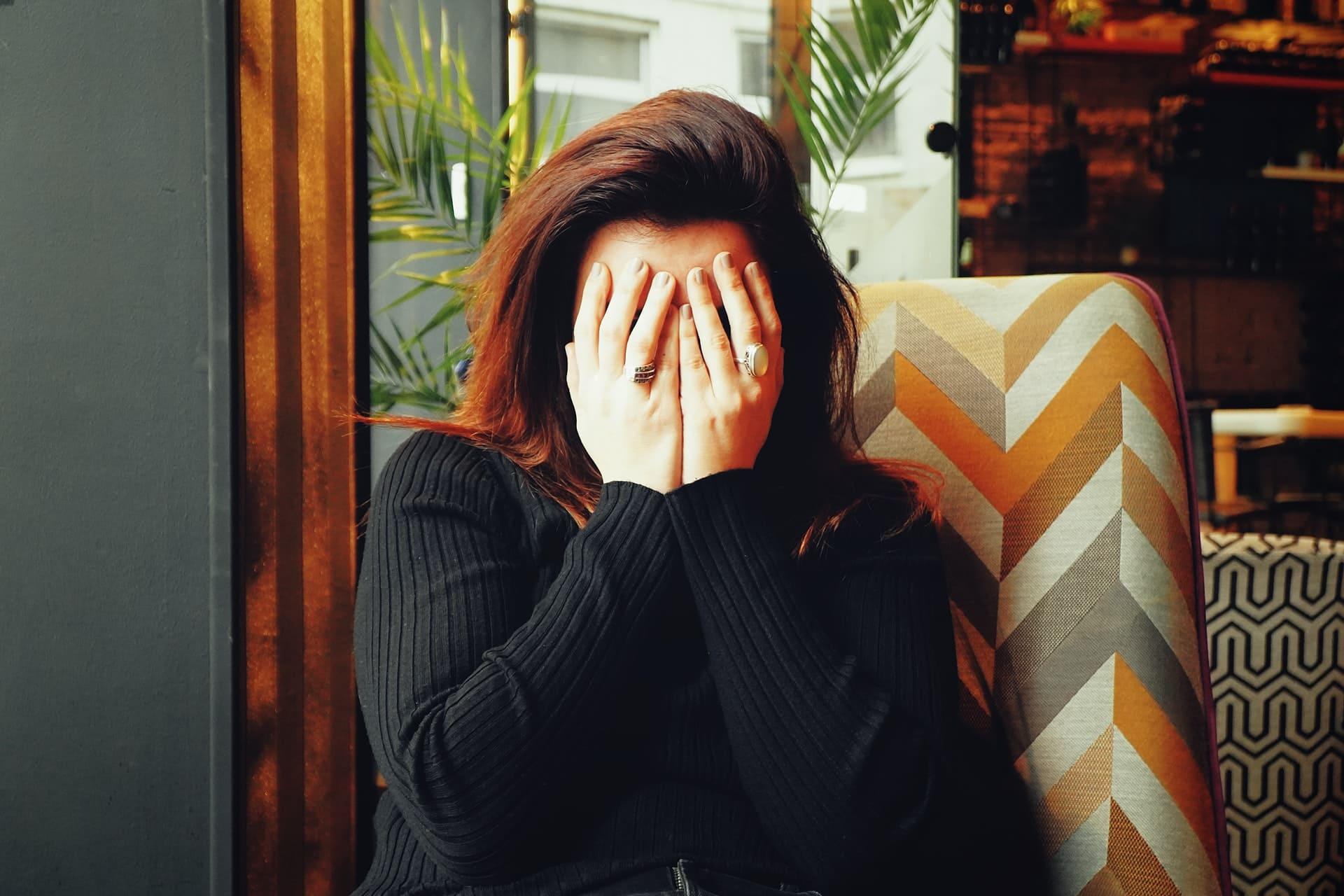 Titelbild: Frau muss weinen ohne Grund