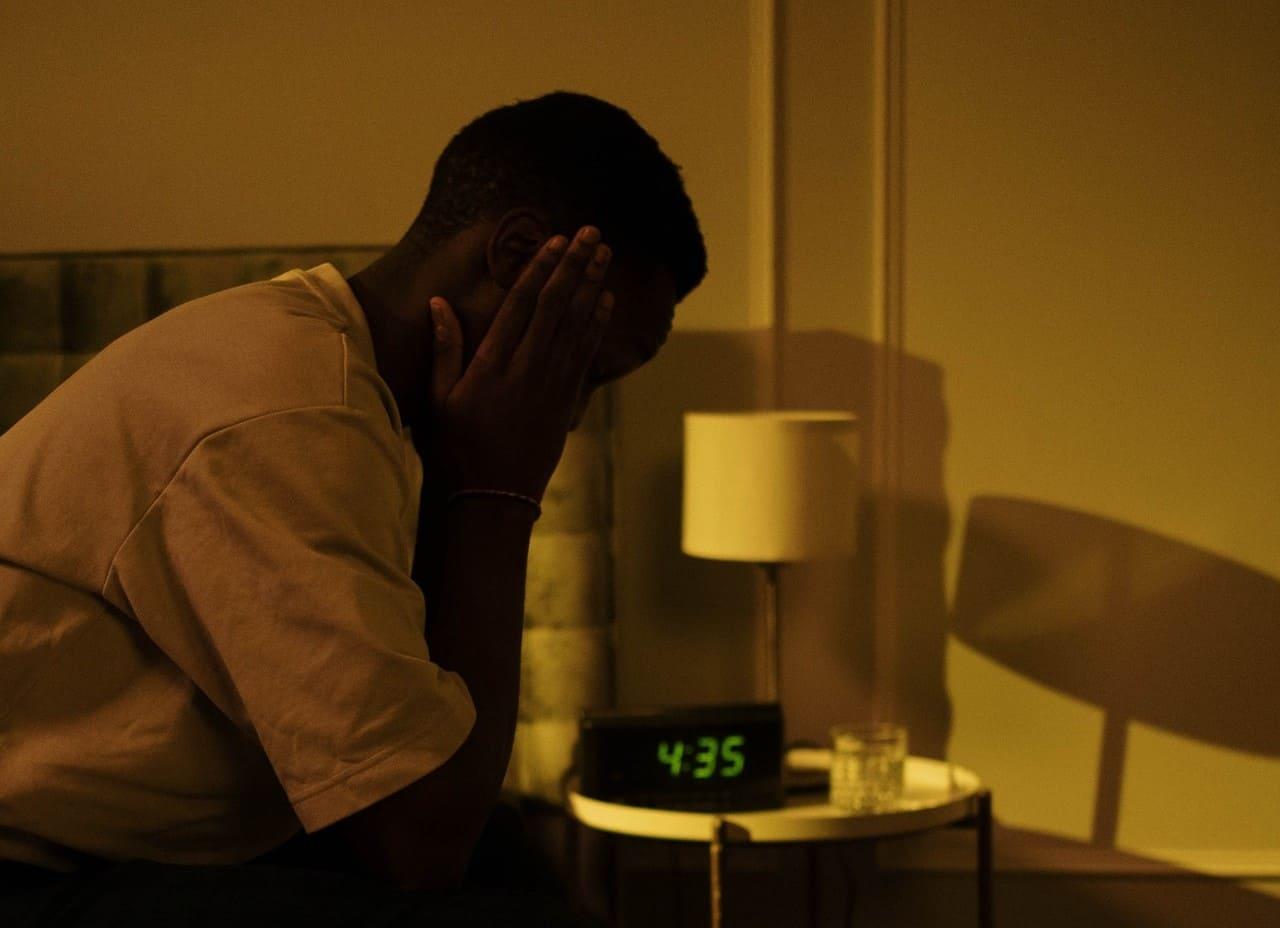 Titelbild: Person mit Durchschlafstörung ist nachts wach