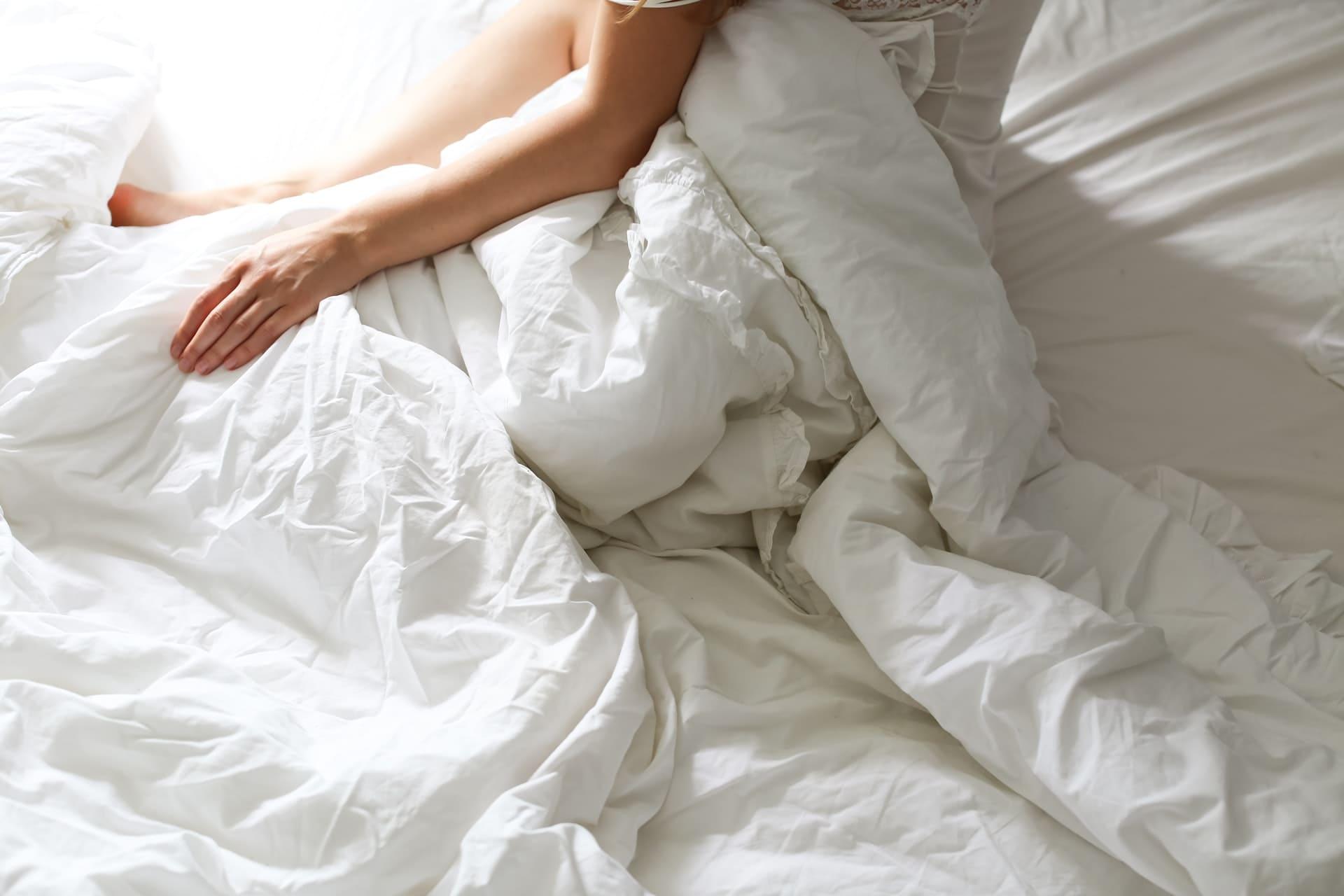 Titelbild: Frau im Bett leidet an Schlaflosigkeit