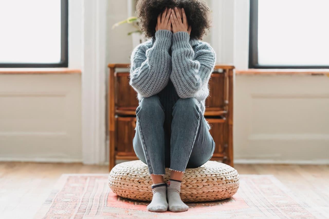 Titelbild: Frau übt sich in Emotionsregulation