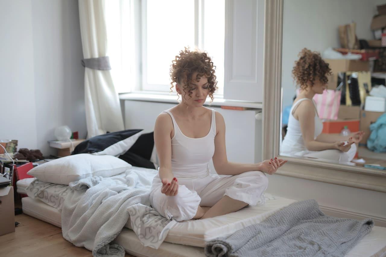 Titelbild: Frau versucht die Atemübungen bei Panikattacken