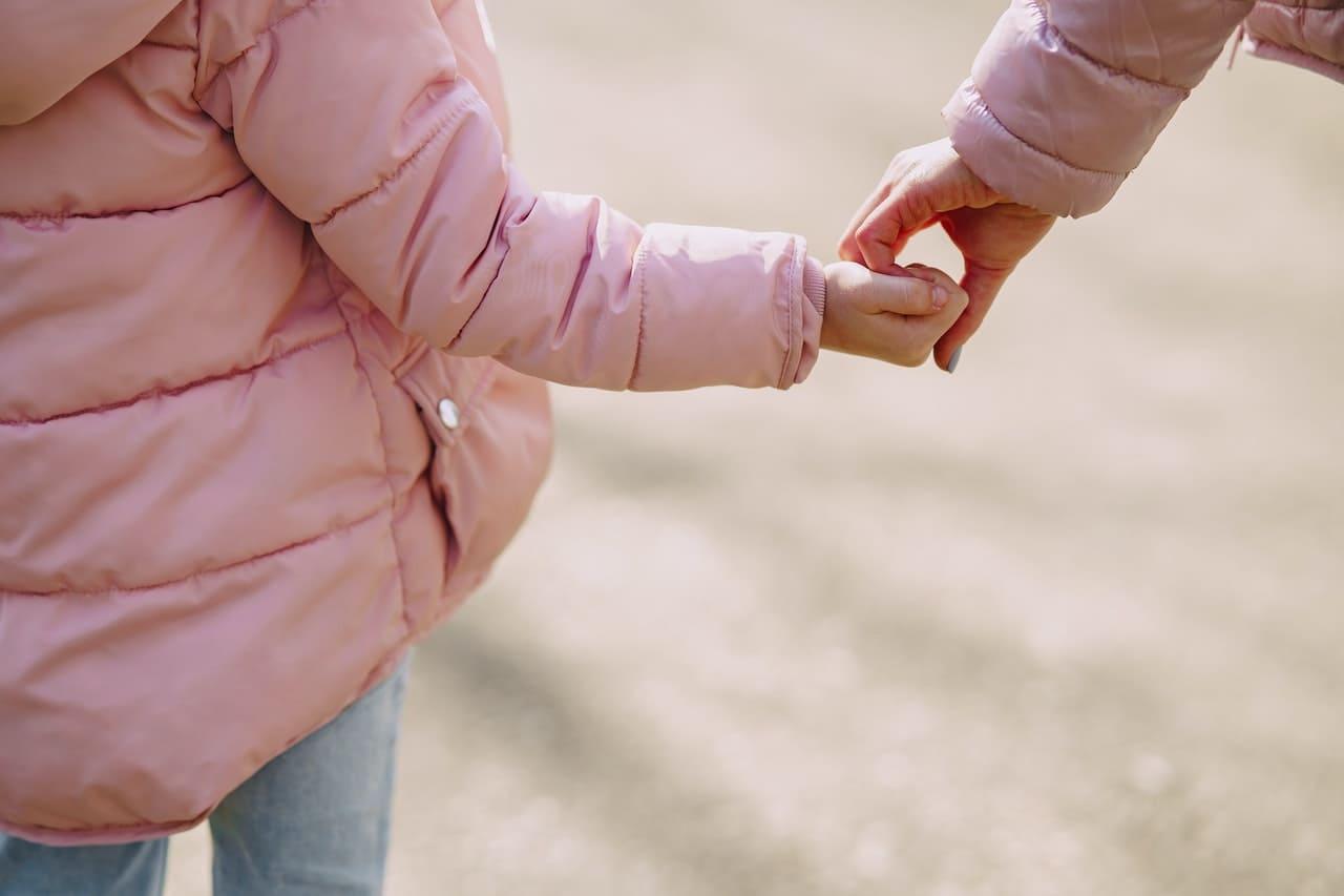 Titelbild: Frau nimmt inneres Kind an die Hand
