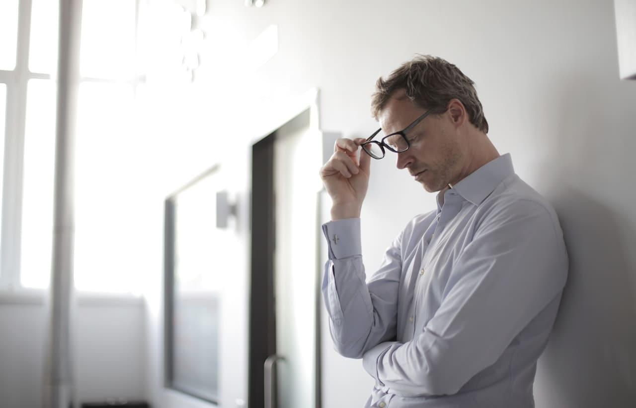 Titelbild: Mann hat bei der Arbeit eine Panikattacke durch Stress