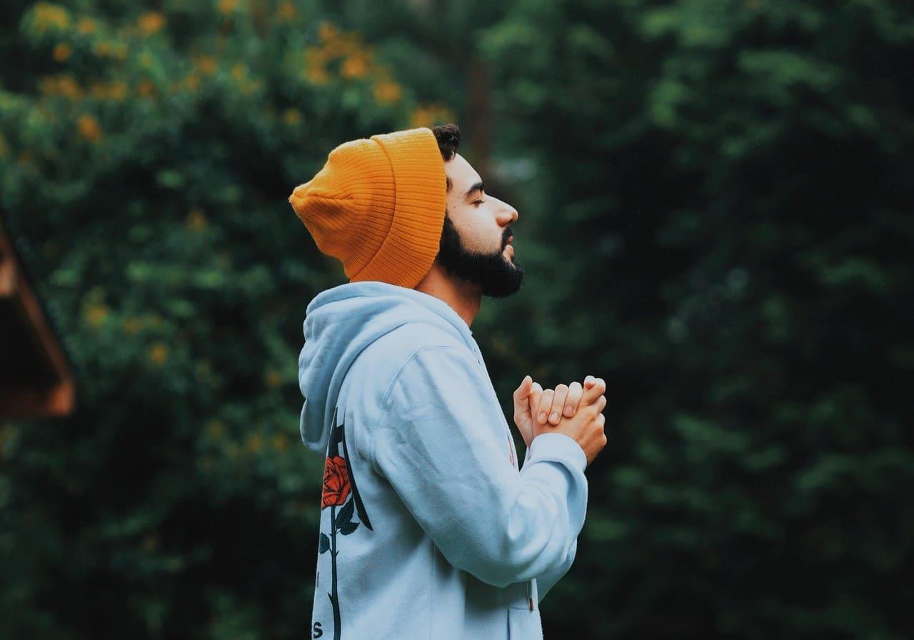 Titelbild: Mann hält inne, um innere Stärke zu finden