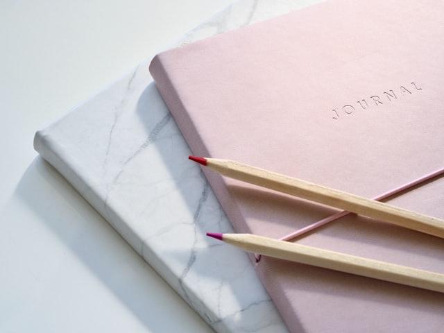 Titelbild: Ein Journal und Stifte liegen zum Journaling bereit