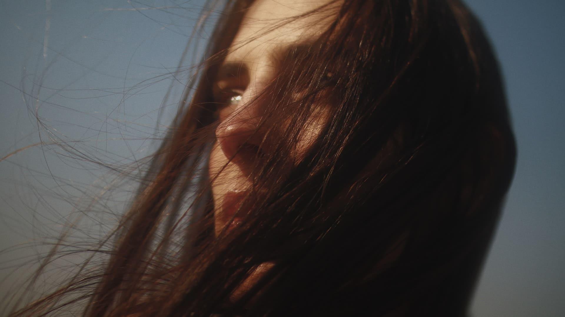 Titelbild: Frau kämpft mit Niedergeschlagenheit