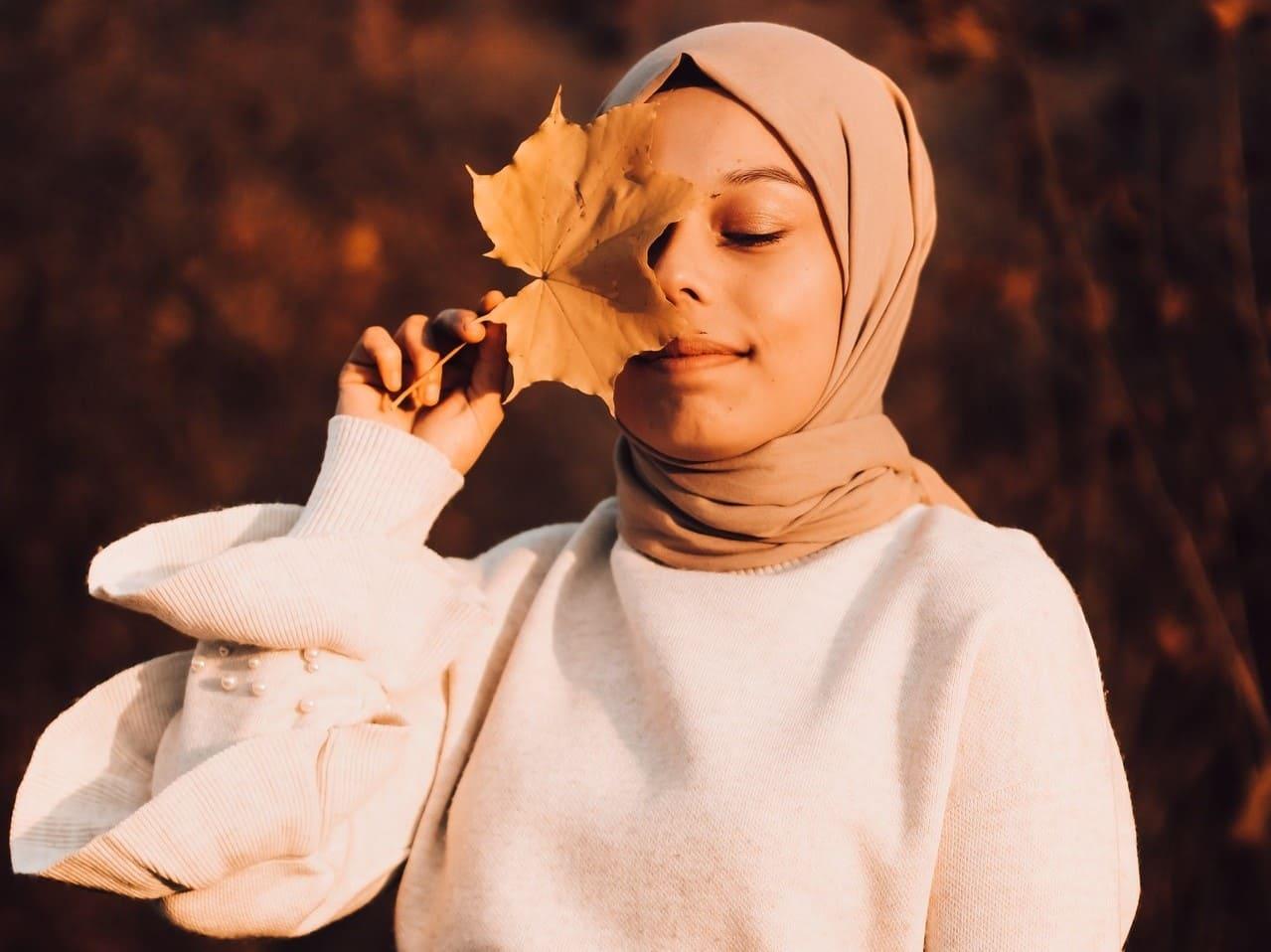 Titelbild: Frau ist draußen aktiv gegen Herbstblues